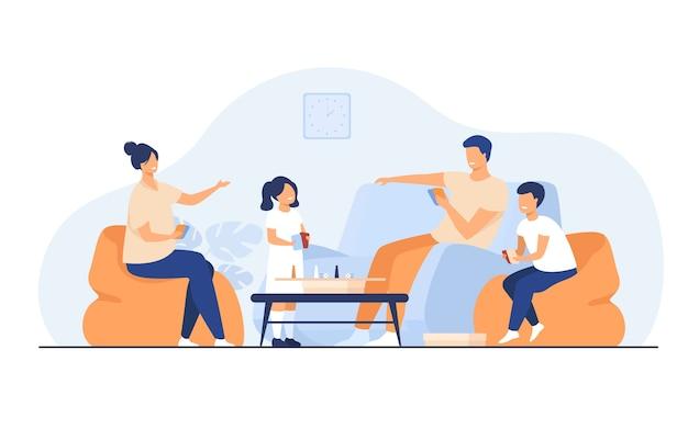 Concetto di attività domestiche di famiglia. felice ragazzo e ragazza con i genitori che giocano a giochi da tavolo con carte e dadi in soggiorno. per divertimento, stare insieme, avere argomenti insieme Vettore gratuito