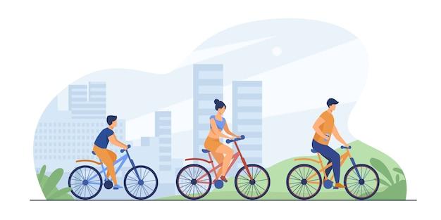 도시 공원에서 자전거를 타는 가족 무료 벡터