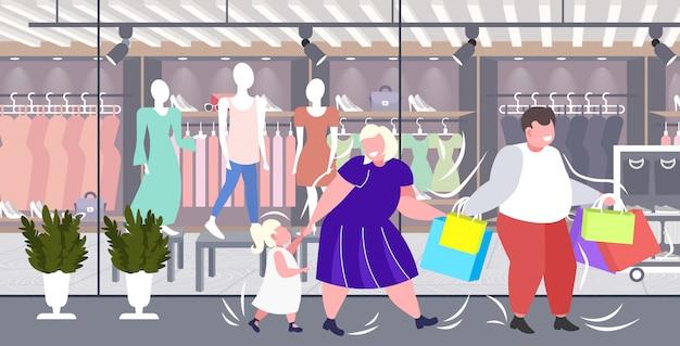 一緒に歩いて楽しいショッピングバッグ家族を保持している子供を持つ脂肪肥満の親休日大きな販売肥満コンセプトモダンなブティックファッションショップ外観 Premiumベクター