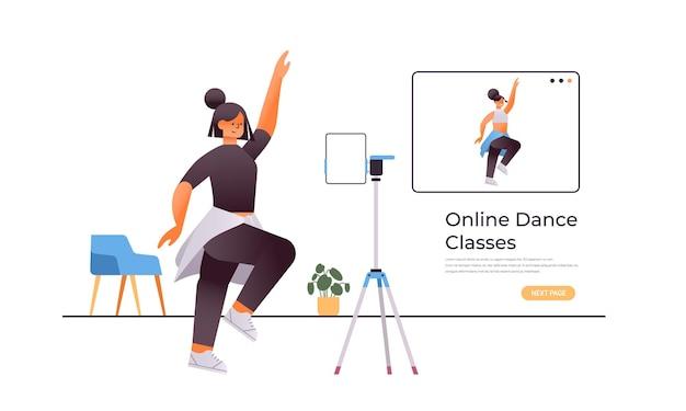 댄스 교사 운동 개념으로 온라인 비디오 교육 프로그램을 보면서 춤 연습을하는 여성 댄서 프리미엄 벡터