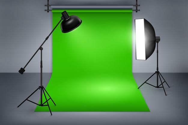 映画または写真スタジオの緑色の画面。機器、写真、フラッシュスポットライトを備えたインテリア。 無料ベクター