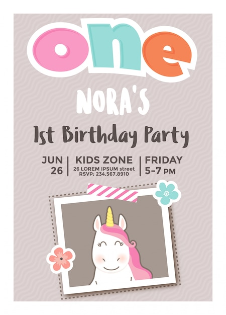 フォトフレームを持つ女の子のための最初の誕生日の招待状 Premiumベクター