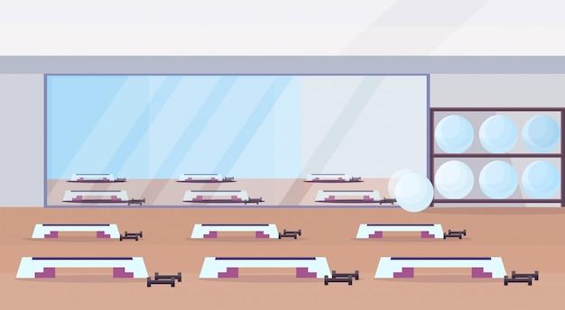 피트 니스 홀 스튜디오 운동 장비 건강 한 라이프 스타일 개념 빈 아니 맞는 체육관 훈련 단계 플랫폼 및 수평 거울 체육관 인테리어 프리미엄 벡터