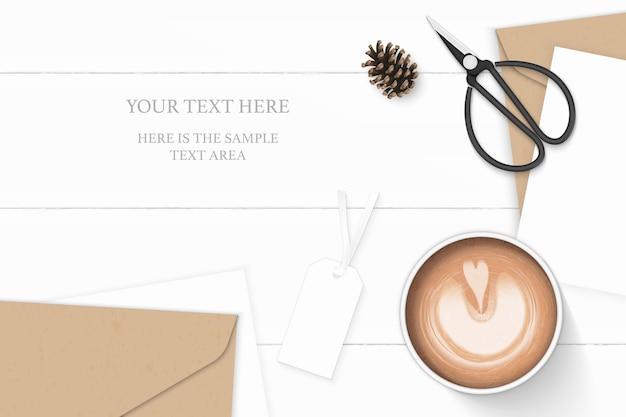 평면 위치 평면도 우아한 흰색 구성 편지 크래프트 종이 봉투 소나무 콘 커피 태그와 나무 바탕에 빈티지 금속가 위. 프리미엄 벡터