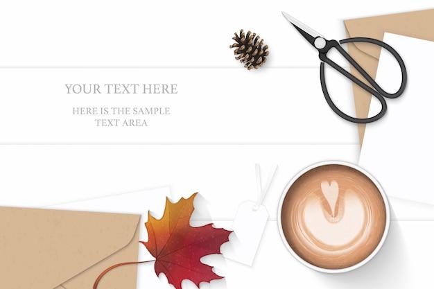 평평하다 평면도 우아한 흰색 구성 편지 크래프트 종이 봉투 소나무 콘 커피 태그가 단풍 잎 빈티지 금속가 위 나무 배경. 프리미엄 벡터