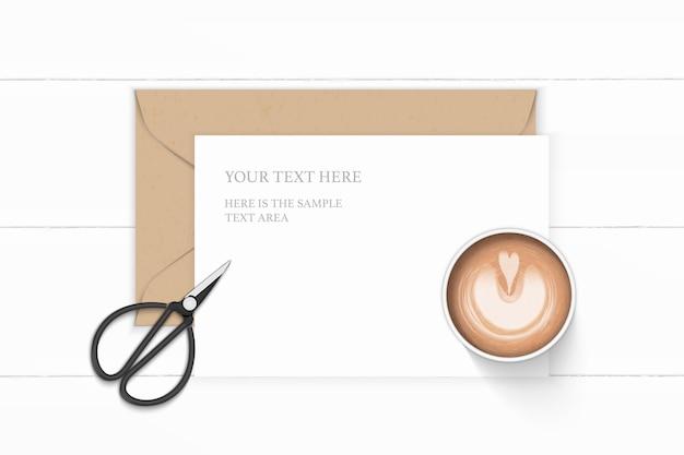 평면 위치 평면도 우아한 흰색 구성 편지 종이 크래프트 봉투 커피와 나무 바탕에 빈티지 금속가 위. 프리미엄 벡터