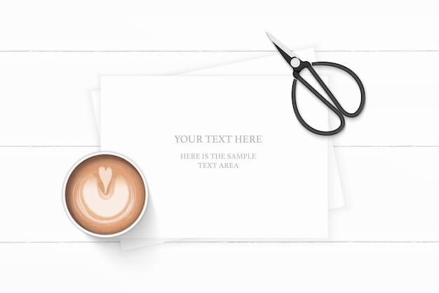 평평하다 평면도 우아한 흰색 구성 종이 커피와 나무 바탕에 빈티지 금속가 위. 프리미엄 벡터
