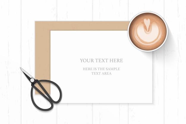 평평하다 평면도 우아한 흰색 구성 종이 크래프트 봉투 커피와 나무 바탕에 빈티지 금속가 위. 프리미엄 벡터