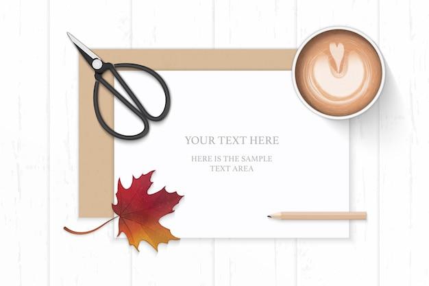 평면 위치 평면도 우아한 흰색 구성 종이 크래프트 봉투 커피 가을 단풍 잎과 나무 배경에 빈티지 금속 가위. 프리미엄 벡터