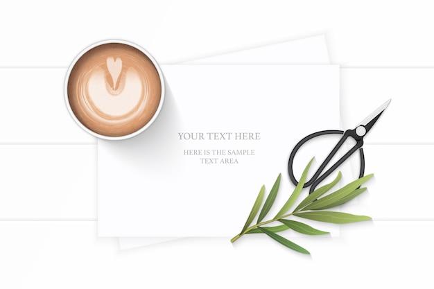 평면 위치 상위 뷰 우아한 흰색 구성 종이 식물 잎 커피 타라곤 잎과 나무 바탕에 빈티지 금속가 위. 프리미엄 벡터