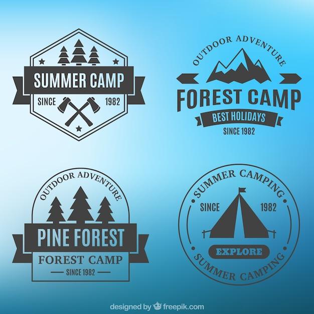 Quattro cartellini di campeggio su sfondo blu Vettore gratuito