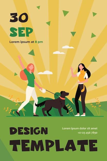 ペットと一緒に歩いたり、会ったり、手を振ったりしている友達。フラットチラシテンプレートの外に犬と猫を持つ女性 無料ベクター
