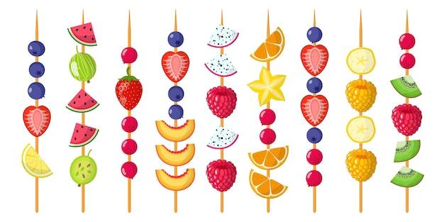 フルーツカナッペは木製の串に混ぜます。イチゴ、ブルーベリー、ラズベリー、スイカ、キウイ、バナナ、タンジェリン。 Premiumベクター
