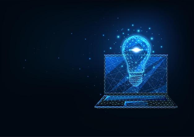 紺色の背景に輝く低多角形のラップトップと電球を備えた未来的な創造的なビジネスアイデアのコンセプト。モダンなワイヤーフレームメッシュデザイン Premiumベクター