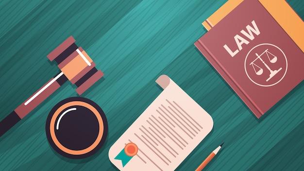小槌と木製のテーブルの裁判官の本法律のアドバイスと正義の概念職場のデスクトップ角度ビュー水平ベクトル図 Premiumベクター