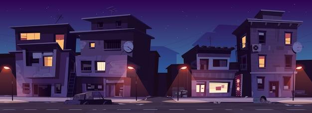 밤에 게토 거리, 슬럼가는 빛나는 창문이있는 버려진 오래된 건물을 파괴했습니다. 낡은 주거는 가로등, 차체 및 산란 쓰레기 만화 벡터 일러스트와 함께 길가에 서 있습니다. 무료 벡터