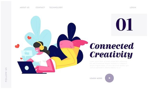 ノートパソコンで床に横たわっているヘッドフォンの女の子、ソーシャルメディアネットワークでチャットが大好き Premiumベクター