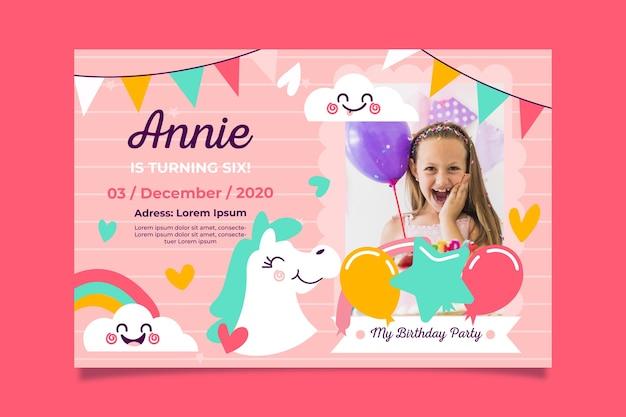 画像と女の子の誕生日の招待状のテンプレート 無料ベクター