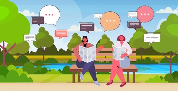公園のチャットバブル通信概念で会議中に毎日のニュースを議論する新聞を読んでいる女の子。木製ベンチ風景背景全長水平に座っている女性 Premiumベクター