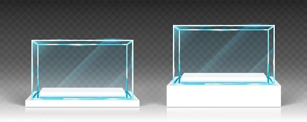 Стеклянные витрины, стенд, вид спереди прозрачные коробки на белой деревянной или пластиковой основе. хрустальный блок, выставка или подиум, изолированный глянцевый объект, реалистичные 3d векторные иллюстрации Бесплатные векторы