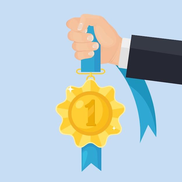 손에 첫 번째 장소에 대 한 파란색 리본이 달린 금메달. 트로피, 배경에 우승자 상. 황금 배지 아이콘입니다. 스포츠, 사업 성과, 승리. 프리미엄 벡터