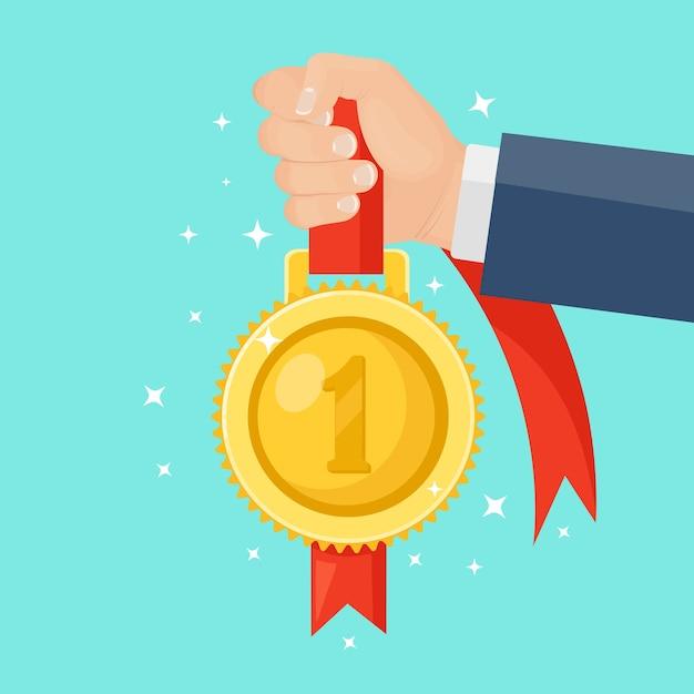 손에 첫 번째 장소에 빨간 리본으로 금메달. 트로피, 배경에 우승자 상. 황금 배지 아이콘입니다. 스포츠, 사업 성과, 승리. 프리미엄 벡터