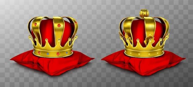 빨간 베개에 왕과 여왕을위한 골드 로얄 크라운. 무료 벡터