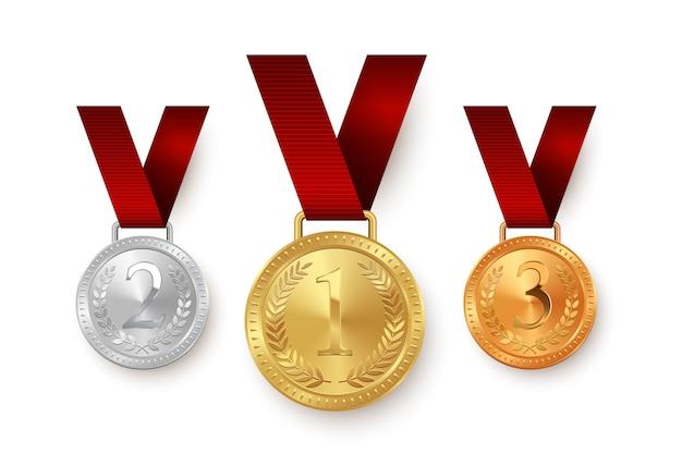 白い背景で隔離の赤いリボンにぶら下がっている金、銀、銅メダル。 Premiumベクター