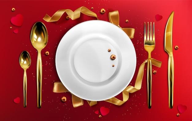 金色のカトラリーとプレートの上面図、リボン、真珠、キラキラと赤いテーブルクロスに金のフォーク、スプーン、ナイフを設定するクリスマスディナー、セラミッククリスマス休日道具リアルな3dイラスト 無料ベクター