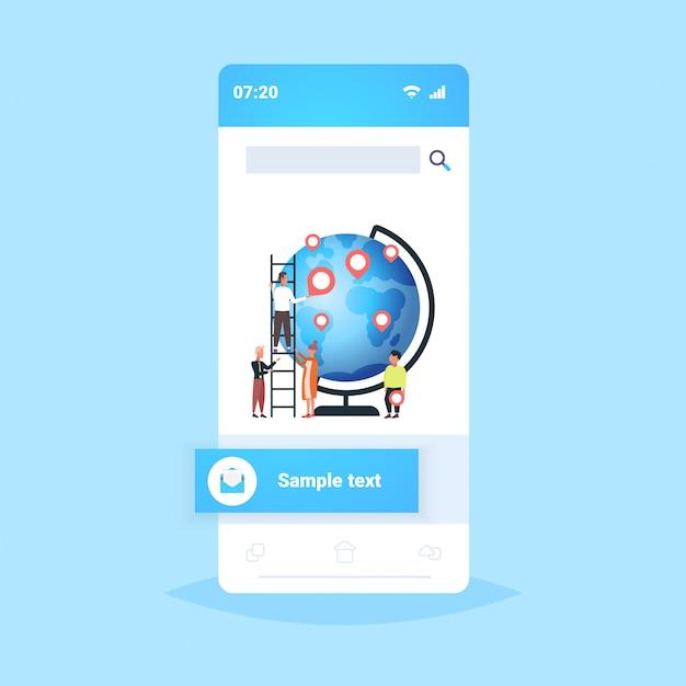 ロケーションマーカーgpsナビゲーションビジネスポジション旅行コンセプトスマートフォン画面モバイルアプリフルレングスの地球惑星の近くの世界中の旅行者にジオタグポインターを配置する人々 Premiumベクター
