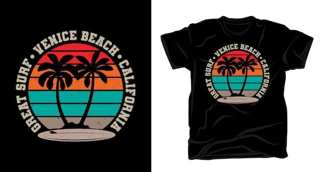 手のひらとサーフボードのヴィンテージtシャツと素晴らしいサーフベニスビーチカリフォルニアのタイポグラフィ Premiumベクター