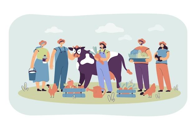 Gruppo di agricoltori felici che tengono mucca e pollame, raccogliendo raccolto, tenendo casse con frutta e verdura. illustrazione del fumetto Vettore gratuito