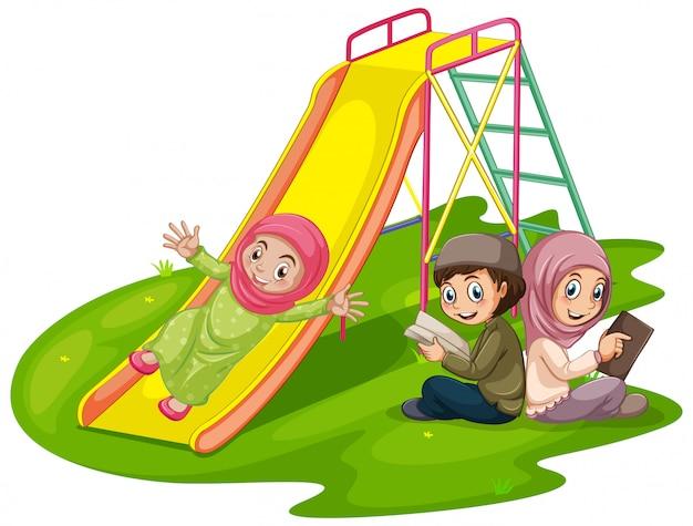 Группа мусульманских детей на детской площадке Бесплатные векторы