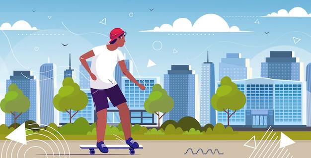 街のスケートボードのコンセプトにトリックを実行する男スケータースケートボード全長水平都市景観背景スケッチベクトル図に乗って楽しんで男性アフリカ系アメリカ人のティーンエイジャー Premiumベクター
