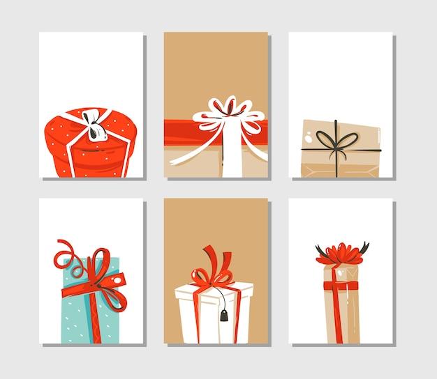 손으로 그린 추상 재미 메리 크리스마스 시간 만화 카드 또는 태그 컬렉션 공예 종이 배경에 고립 된 깜짝 선물 상자의 귀여운 삽화와 함께 설정합니다. 프리미엄 벡터