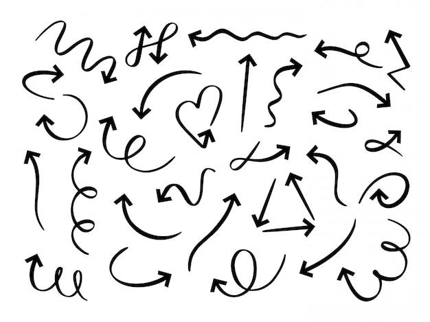 Набор рисованной стрелки. эскиз стрелки, изогнутые каракули пути указал линию и каракули круглый указатель набора. витой и круговой маркер. направление стрелки, индикаторы пакет на белом фоне Premium векторы
