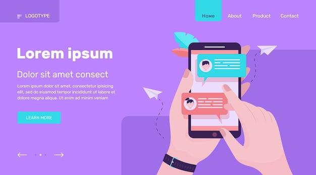 Mano che tiene il telefono cellulare con messaggi online piatta illustrazione vettoriale. schermo dello smartphone moderno con chat. concetto di comunicazione e conversazione Vettore gratuito