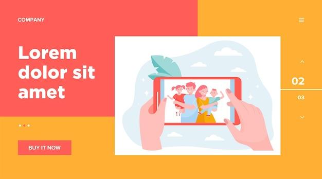 家族や子供の写真をスマートフォンで見ている人の手。携帯電話の画面上の幸せな親と子供たちの写真。記憶、コミュニケーション、一体性の概念のベクトルイラスト 無料ベクター