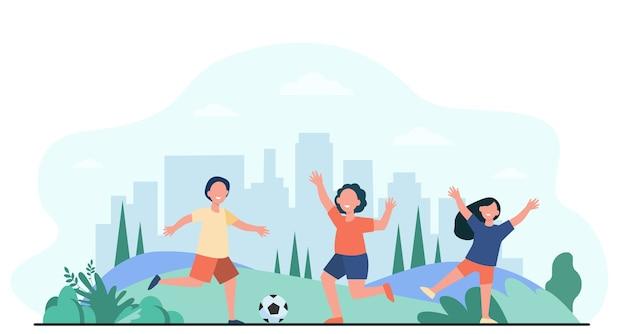 幸せなアクティブな子供たちが屋外でサッカーをするフラットベクトルイラスト。サッカーボールで走っている漫画の子キャラクター。スポーツゲームと遊び場のコンセプト 無料ベクター