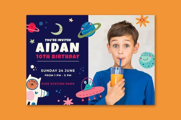 ジュースを飲む男の子との幸せな誕生日の招待状 無料ベクター