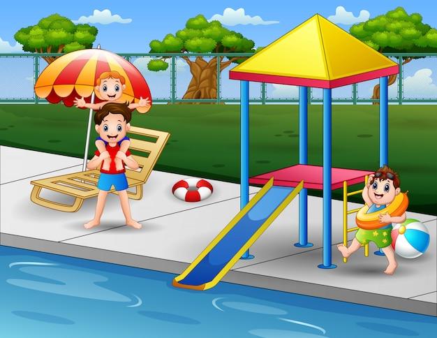 裏庭のプールエッジで遊んで幸せな少年 Premiumベクター