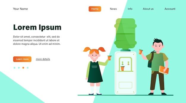 Счастливые дети пьют воду в кулере. студенты, мальчик и девочка, школьная прихожая плоская векторная иллюстрация. дизайн веб-сайта с концепцией напитков, закусок, кулеров или целевой веб-страницы Бесплатные векторы