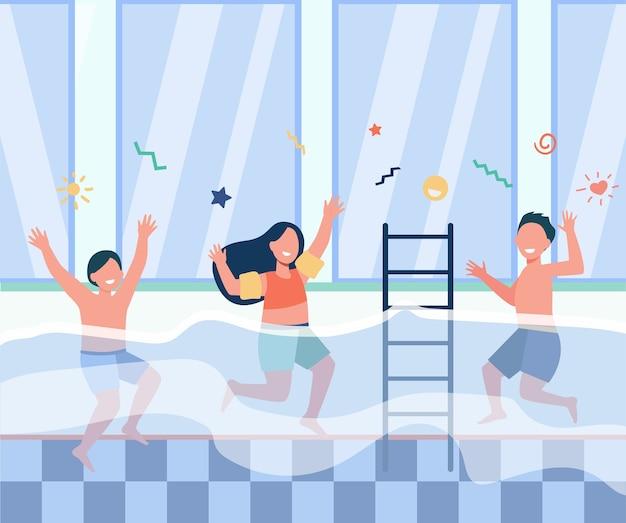 Bambini felici che si divertono in piscina. ragazzi e ragazze in costume da bagno che godono di attività nel fitness club di famiglia. illustrazione vettoriale piatto per lezione di nuoto per il concetto di bambini Vettore gratuito