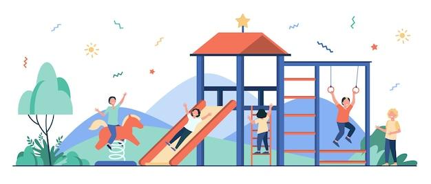 Счастливые дети, играющие на детской площадке с друзьями, изолировали плоскую иллюстрацию. Бесплатные векторы
