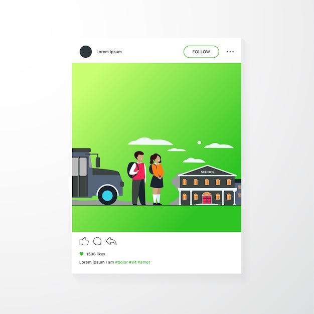 Bambini felici in attesa di scuolabus isolato piatto illustrazione vettoriale. ragazza e ragazzo del fumetto che stanno sulla strada vicino all'edificio scolastico Vettore gratuito