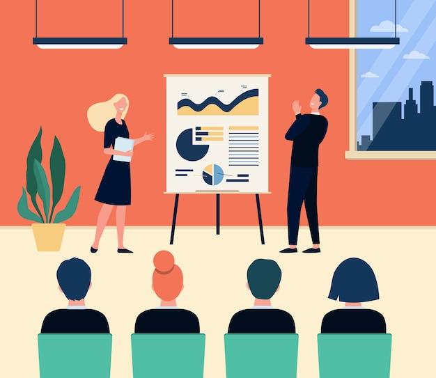 회의실에서 회의하는 행복한 회사 코치와 직원. 강의와 함께 수행하는 플립 차트에 다이어그램을 제시하는 스피커. 비즈니스 교육, 프레젠테이션 개념에 대 한 벡터 일러스트 레이 션 무료 벡터