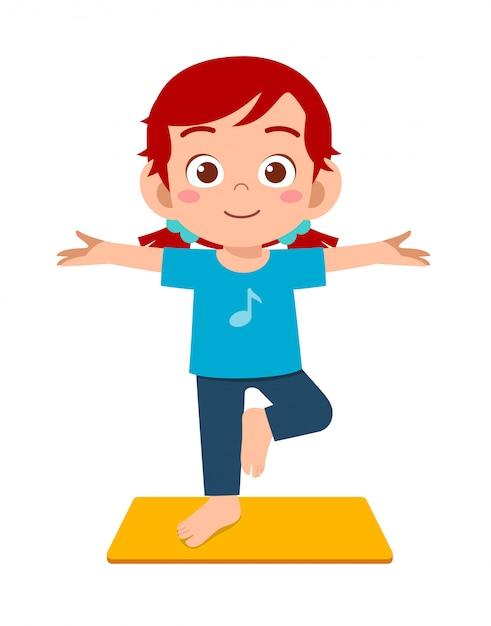 행복 한 귀여운 작은 아이 소년과 소녀 요가 포즈를 프리미엄 벡터