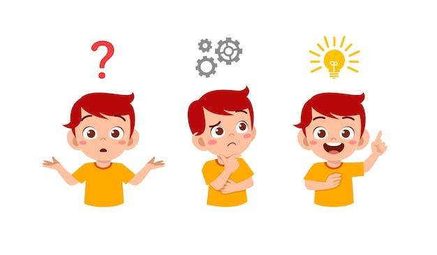 Счастливый милый маленький ребенок мальчик думает и ищет процесс идеи Premium векторы
