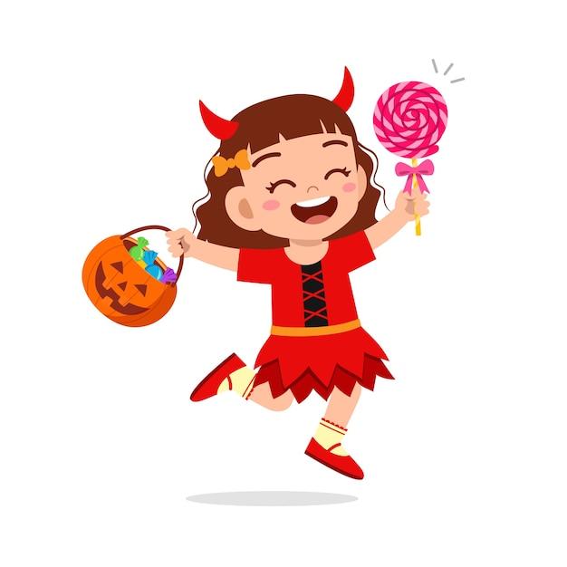해피 귀여운 꼬마 할로윈을 축하하는 붉은 악마 괴물 의상을 입는다 프리미엄 벡터