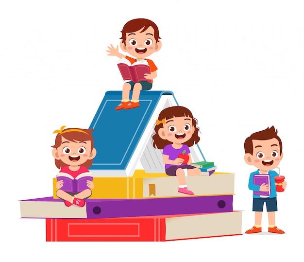 행복 한 귀여운 작은 아이 소년과 소녀는 책을 읽고 무료 벡터